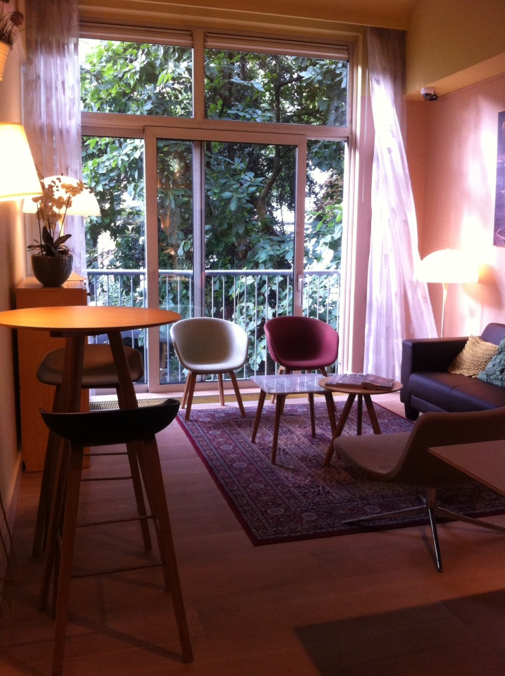 Hotel The Neighbor's Magnolia  http://www.tripadvisor.it/Hotel_Review-g188590-d237582-Reviews-Hotel_The_Neighbour_s_Magnolia-Amsterdam_North_Holland_Province.html